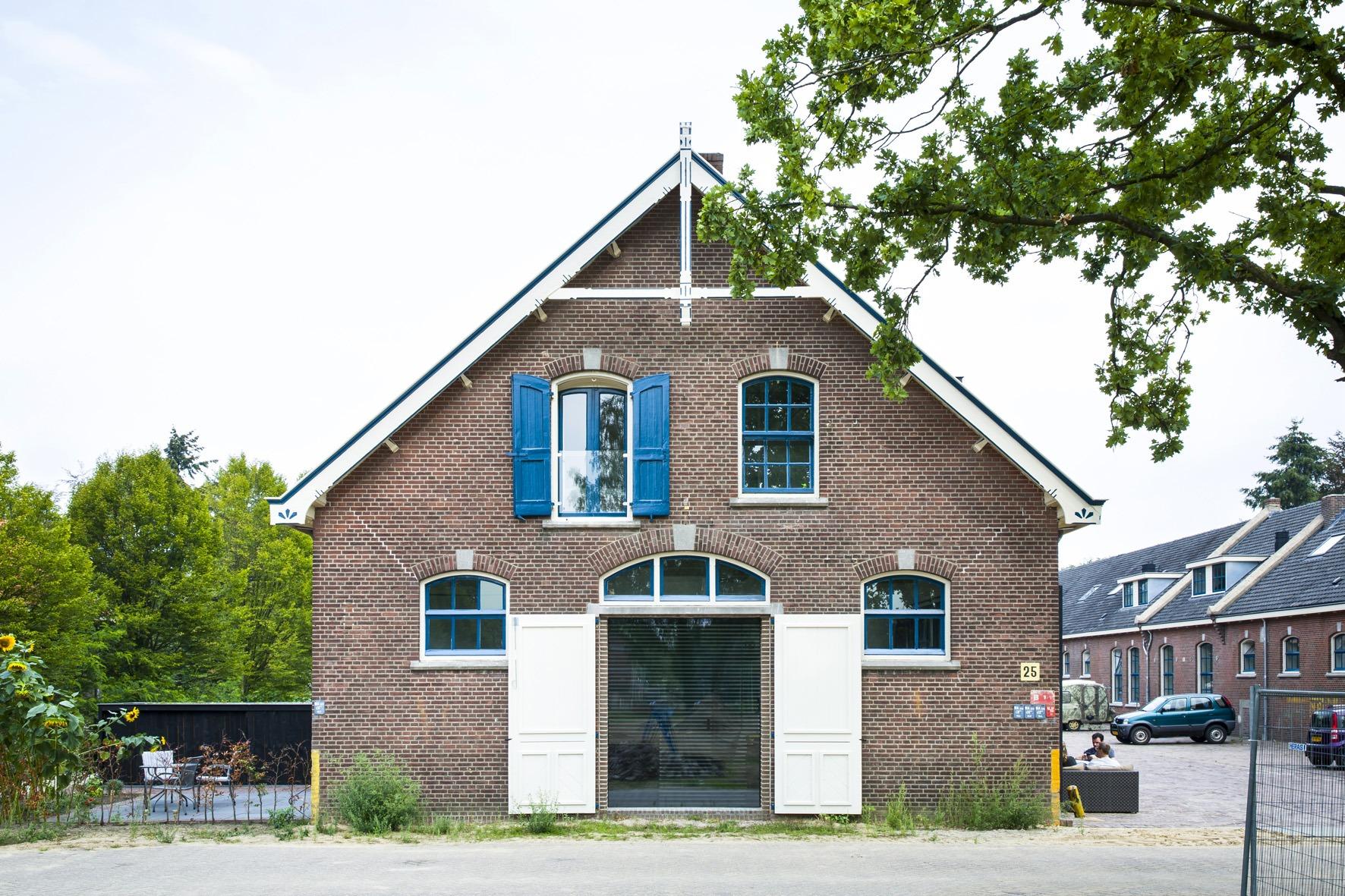 Gevel van kazerne met nieuwe loft woning door architect Arets duurzaam hersteld en geisoleerd