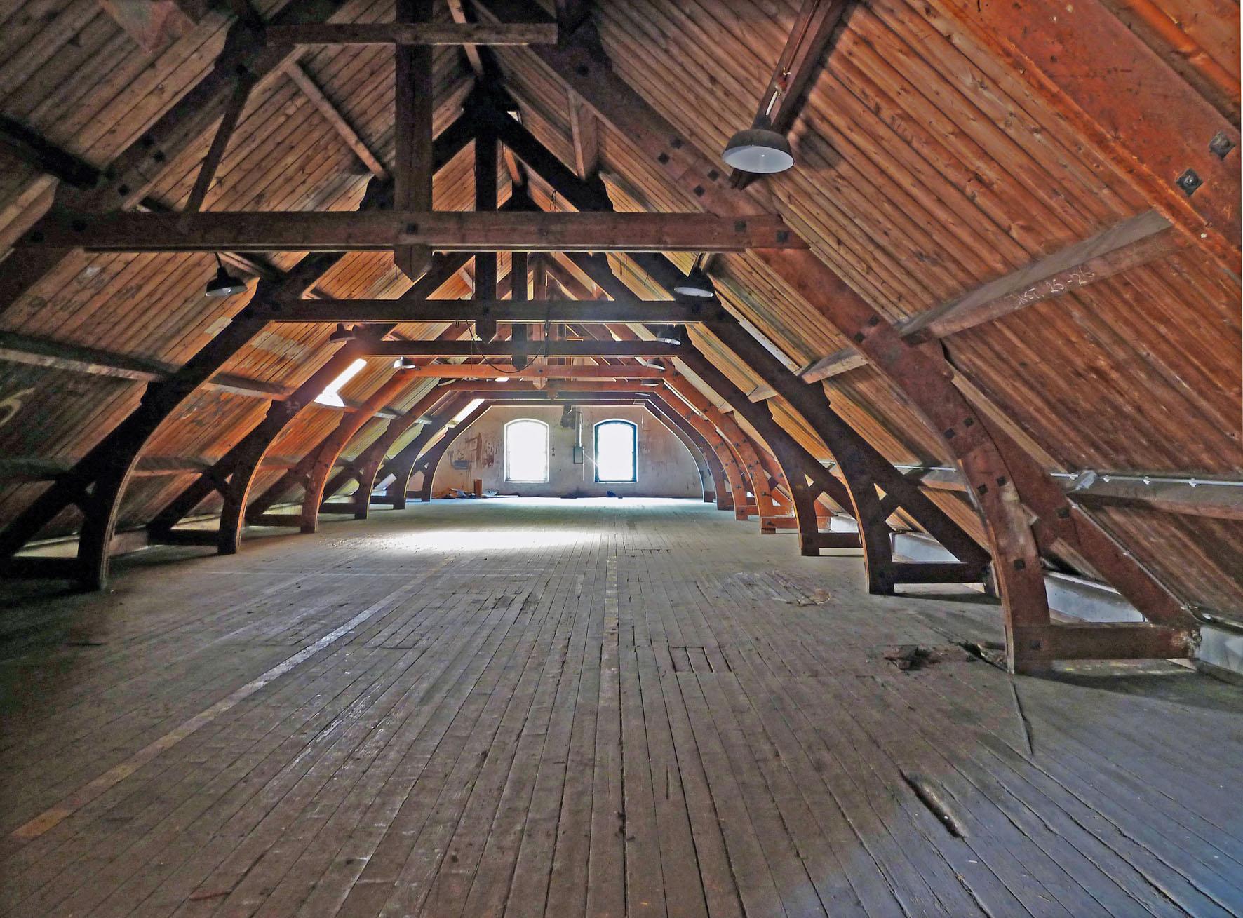 Oude spanten op zolder van verbouwde kazerne Ede