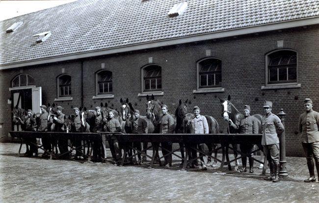 Hier staan soldaten en paarden op deze oude foto, nu zijn het 9 goed geïsoleerde en duurzaam ontworpen lofts