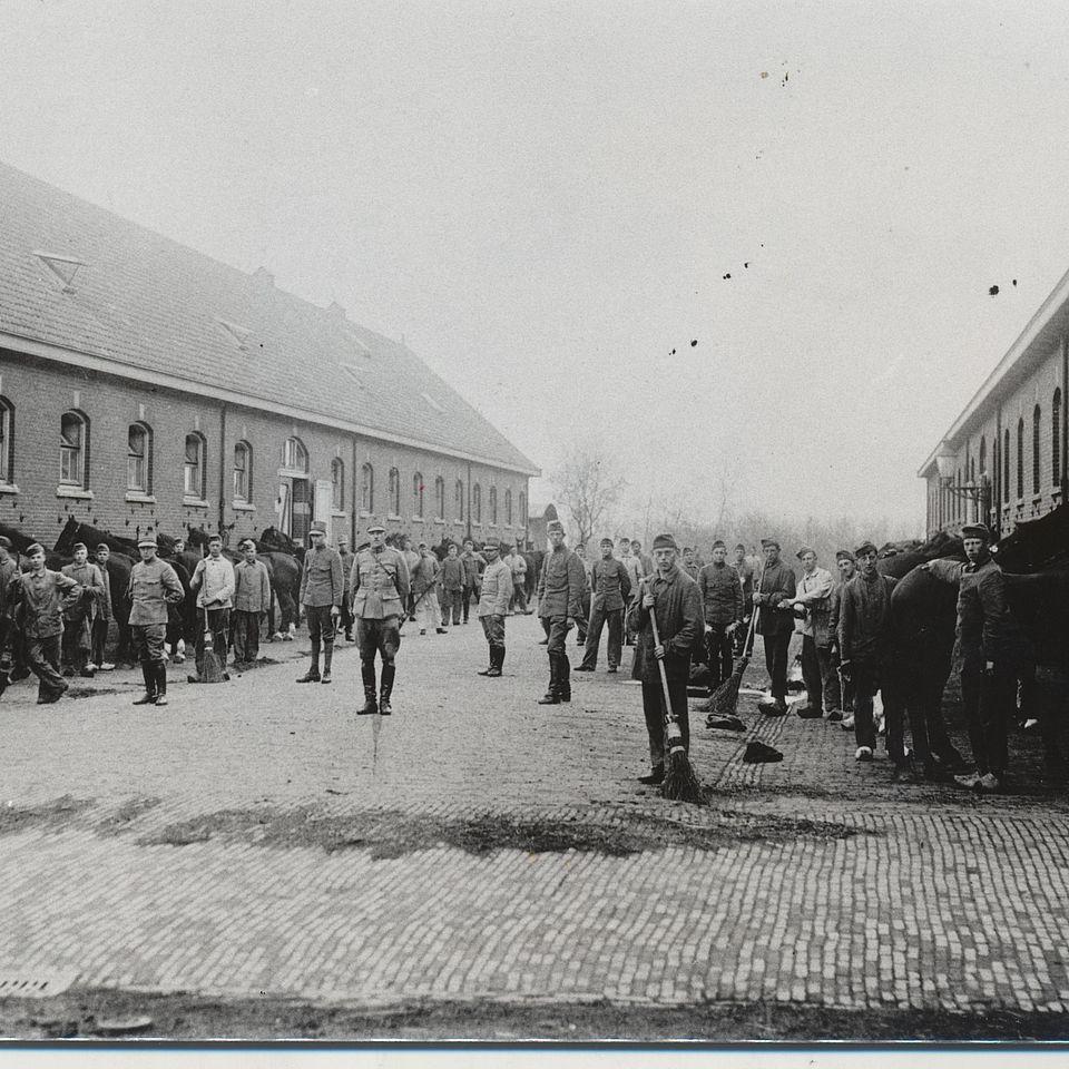 Oude foto van inmiddels gerenoveerde kazerne in Ede